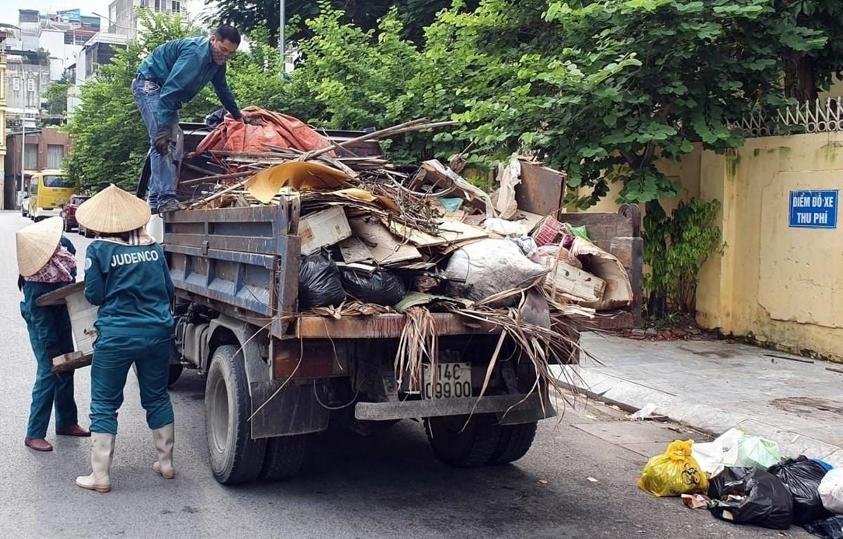 Công nhân vệ sinh môi trường thu gom rác thải ở thành phố Hạ Long và Cẩm Phả. (Nguồn ảnh: TTXVN phát)