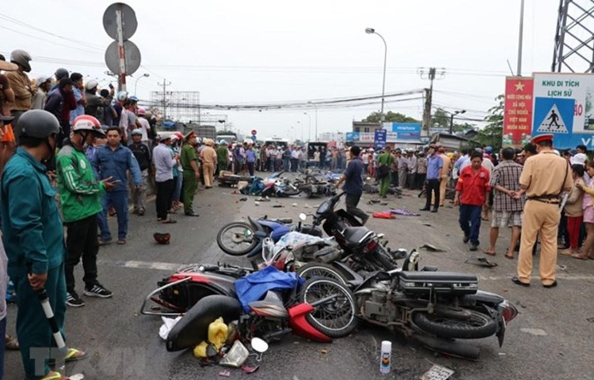 Hiện trường vụ tai nạn giao thông thảm khốc xe container đâm hàng loạt xe máy tại Long An làm nhiều người thương vong. (Ảnh: Bùi Giang/TTXVN)