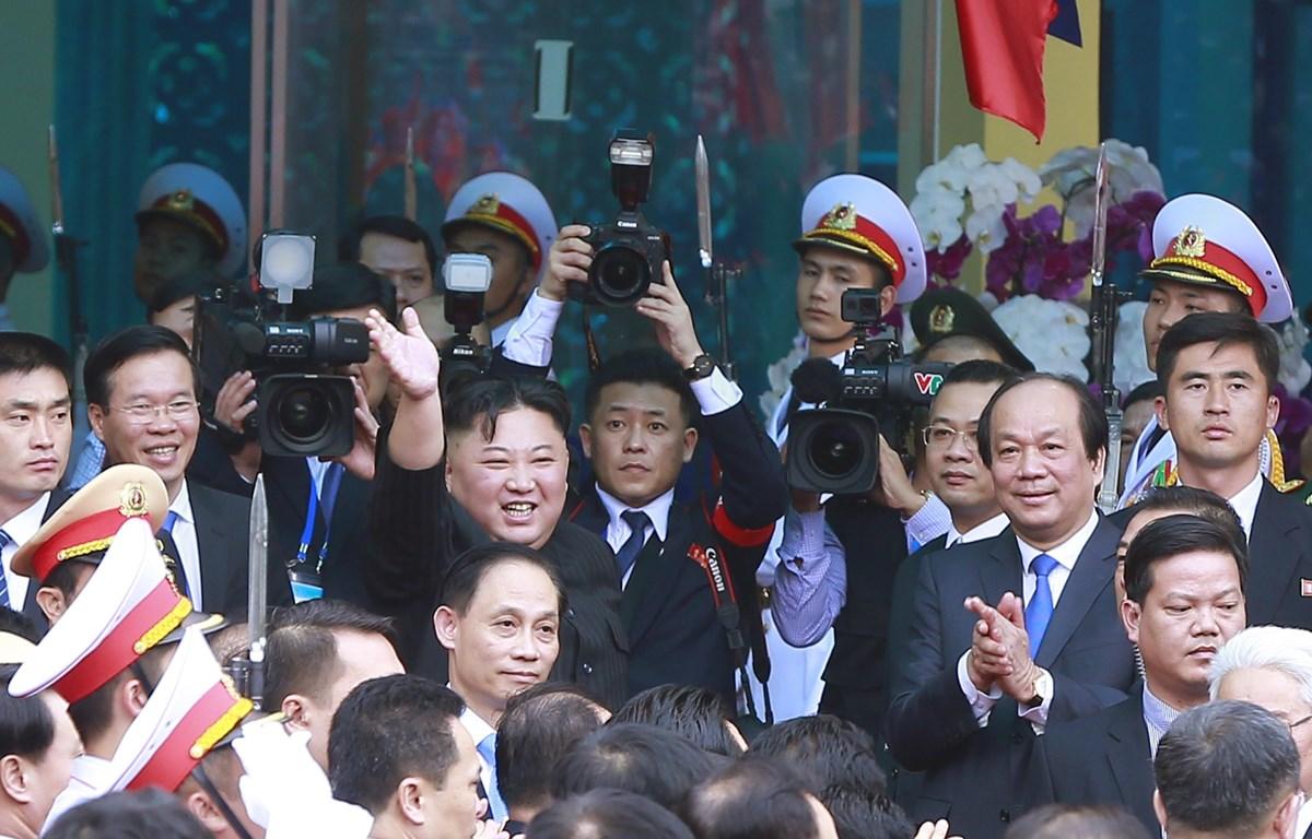 Chủ tịch Triều Tiên Kim Jong-un vẫy chào người dân Lạng Sơn ra tiễn tại ga Đồng Đăng. (Ảnh: Doãn Tấn – TTXVN)
