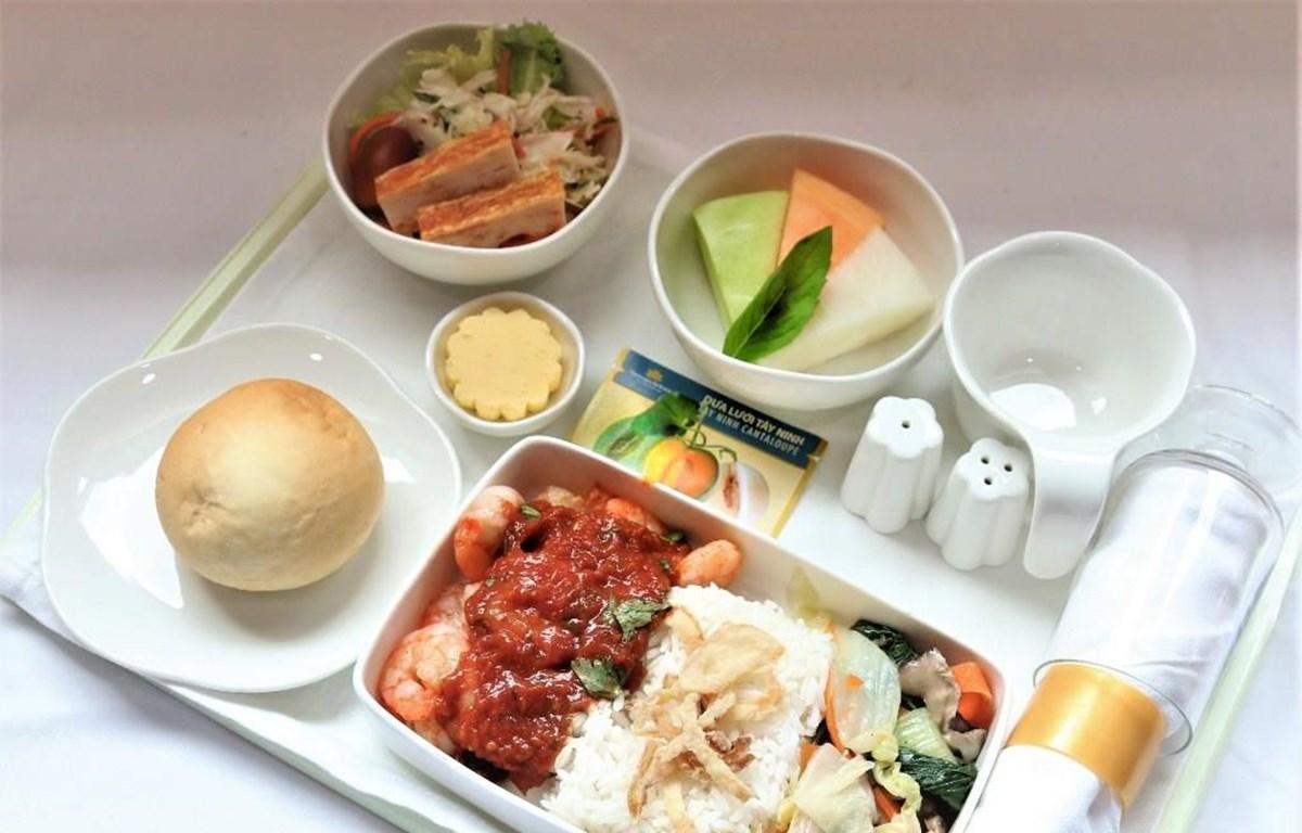 Đặc sản dưa lưới Tây Ninh và thanh long Bình Thuận sẽ có mặt trên suất ăn dành cho hạng Thương gia của Vietnam Airlines. (Ảnh: Anh Tuấn)