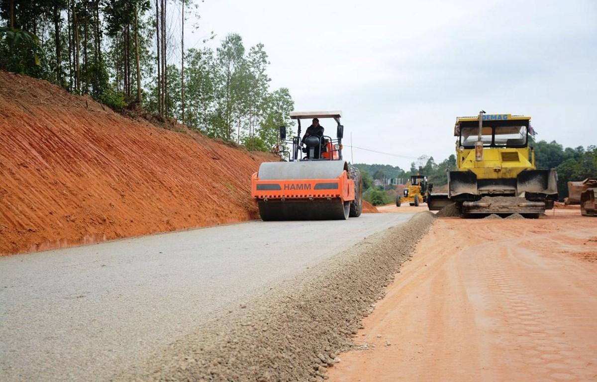 Nhà thầu thi công dự án đường cao tốc Bắc Giang-Lạng Sơn. (Ảnh: Việt Hùng/Vietnam+)
