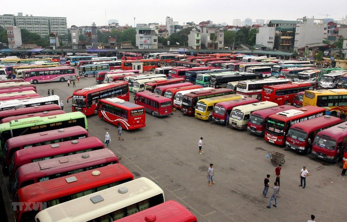 Hàng trăm nhà xe hoạt động tại Bến xe Giáp Bát, Nước Ngầm đăng ký nhưng không hoạt động theo đúng quy định. (Ảnh: TTXVN)