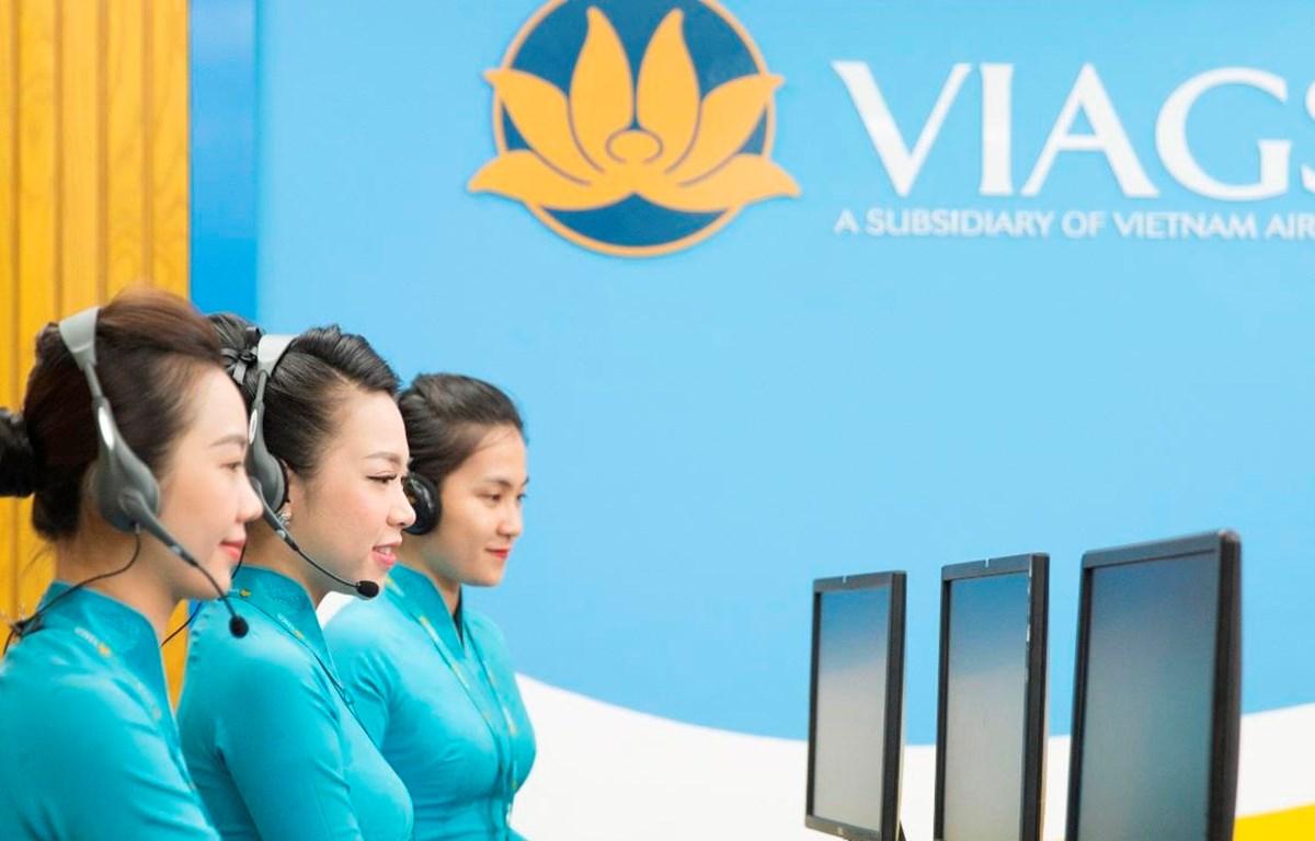 Nhân viên phục vụ mặt đất sẽ trợ giúp hành khách làm thủ tục lên máy bay qua điện thoại cho các chuyến bay nội địa của Vietnam Airlines. (Ảnh: Đức Anh)