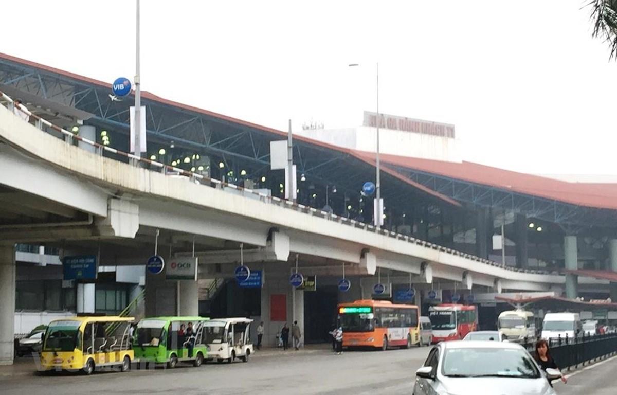 Xe ôtô chỉ tạm dừng vài phút để trả khách sân bay nhưng vẫn phải mua vé sân đỗ ôtô. (Ảnh: Việt Hùng/Vietnam+)