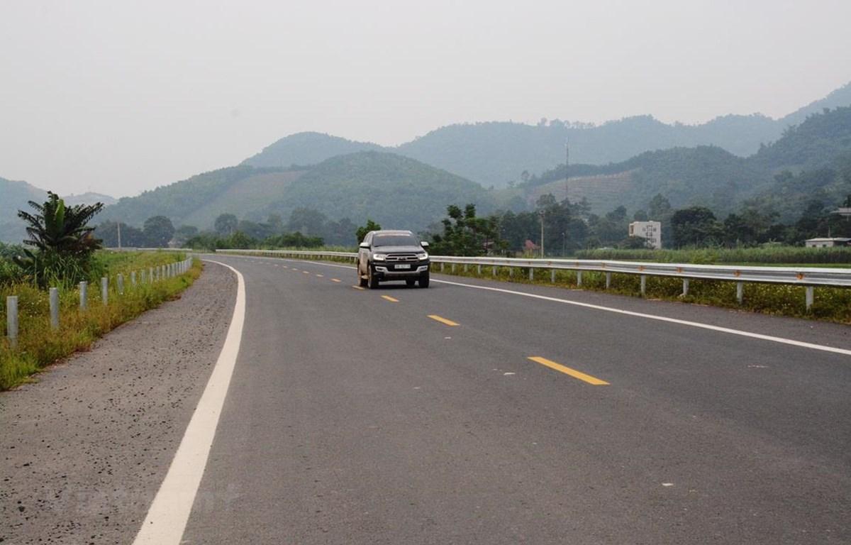 Phương tiện lưu thông trên tuyến BOT Hòa Lạc-Hòa Bình. (Ảnh: Việt Hùng/Vietnam+)