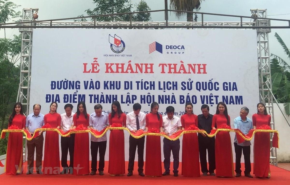 Các đại biểu cắt băng khánh thành đường vào khu di tích lịch sử Quốc gia địa điểm thành lập Hội Nhà báo Việt Nam. (Ảnh: Việt Hùng/Vietnam+)