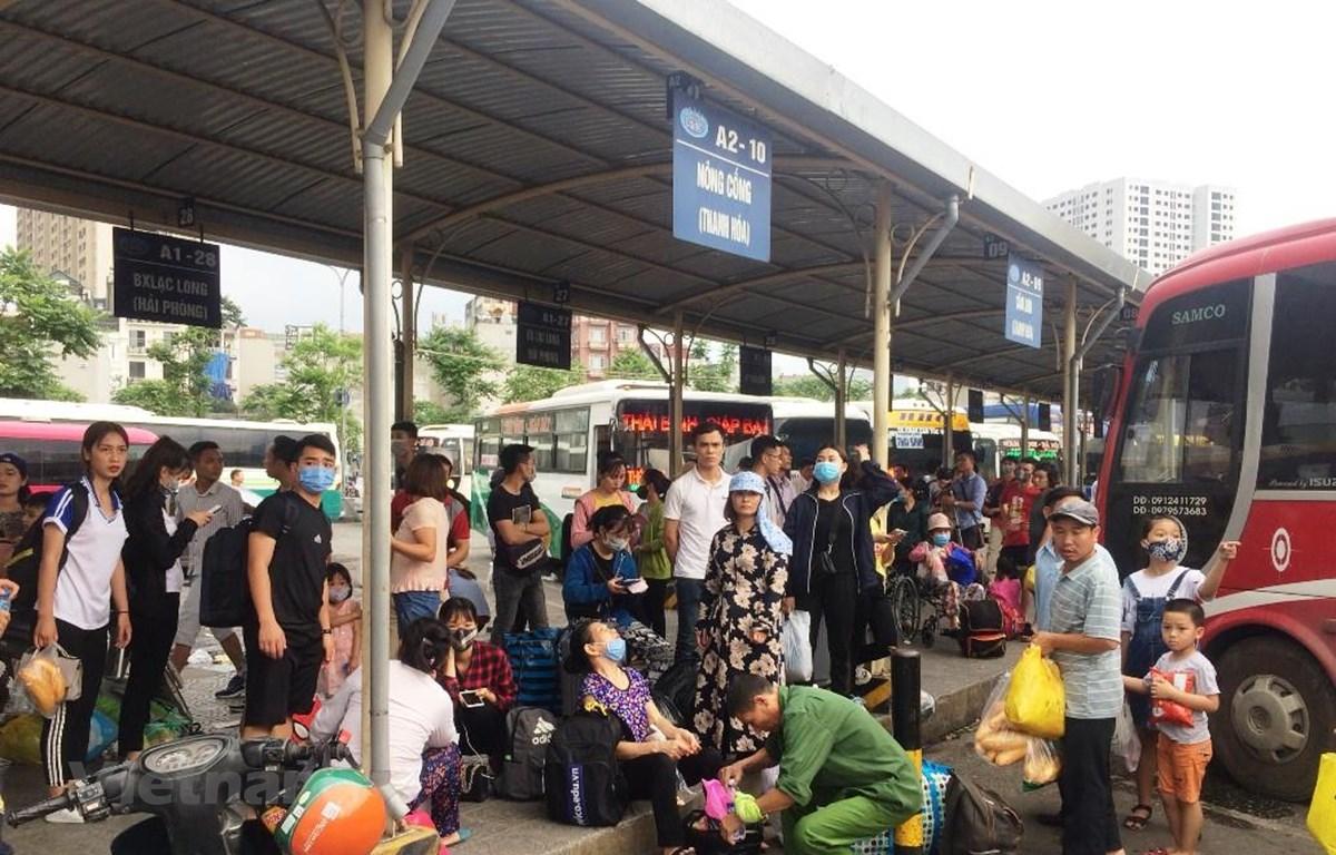 Rất đông người dân đã đổ xô về bến xe để nghỉ ngày lễ 30/4 và 1/5. (Ảnh: Việt Hùng/Vietnam+)