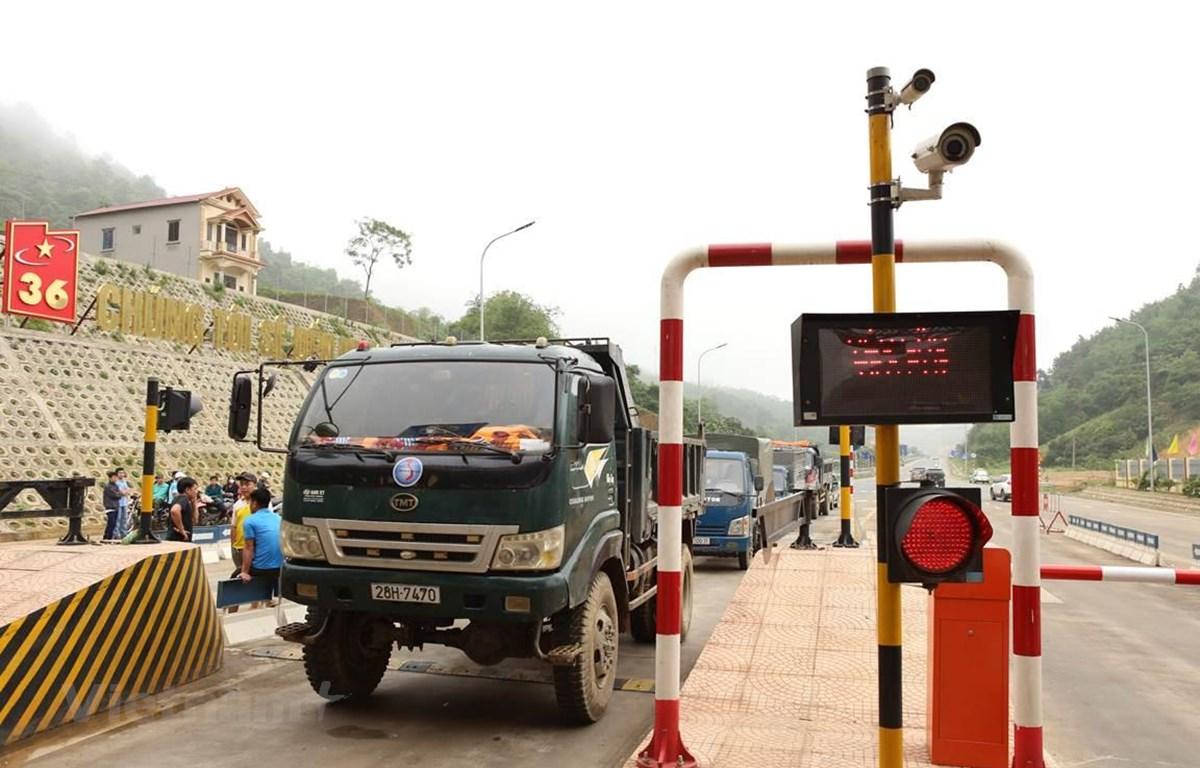Một số người dân mang phương tiện ra dừng, đỗ ngay tại làn thu phí BOT Hòa Lạc-Hòa Bình gây ách tắc giao thông và nhà đầu tư phải xả trạm. (Ảnh: Việt Hùng/Vietnam+)