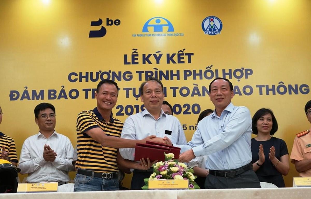 Các đại biểu ký kết Chương trình phối hợp đảm bảo trật tự an toàn giao thông 2019-2020. (Ảnh: Việt Hùng/Vietnam+)