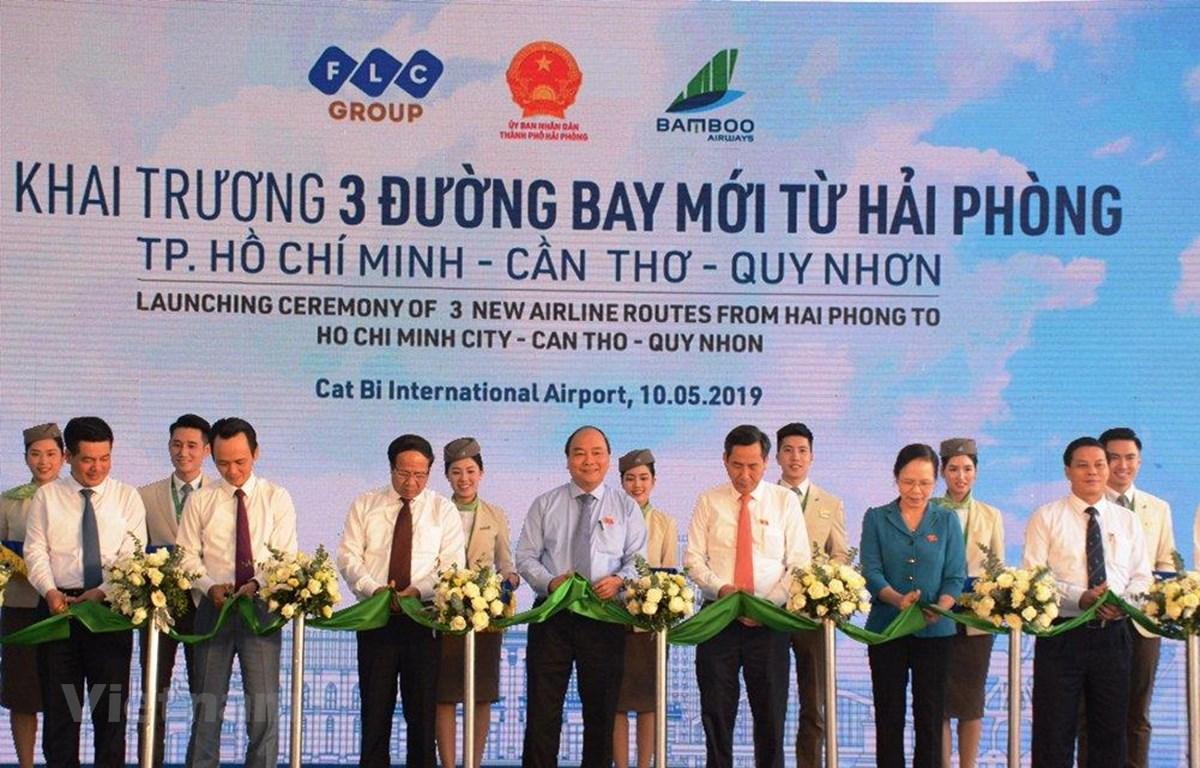Thủ tướng Chính phủ Nguyễn Xuân Phúc cắt băng khai trương 3 đường bay từ Hải Phòng đi Quy Nhơn, Thành phố Hồ Chí Minh, Cần Thơ . (Ảnh: Việt Hùng/Vietnam+)