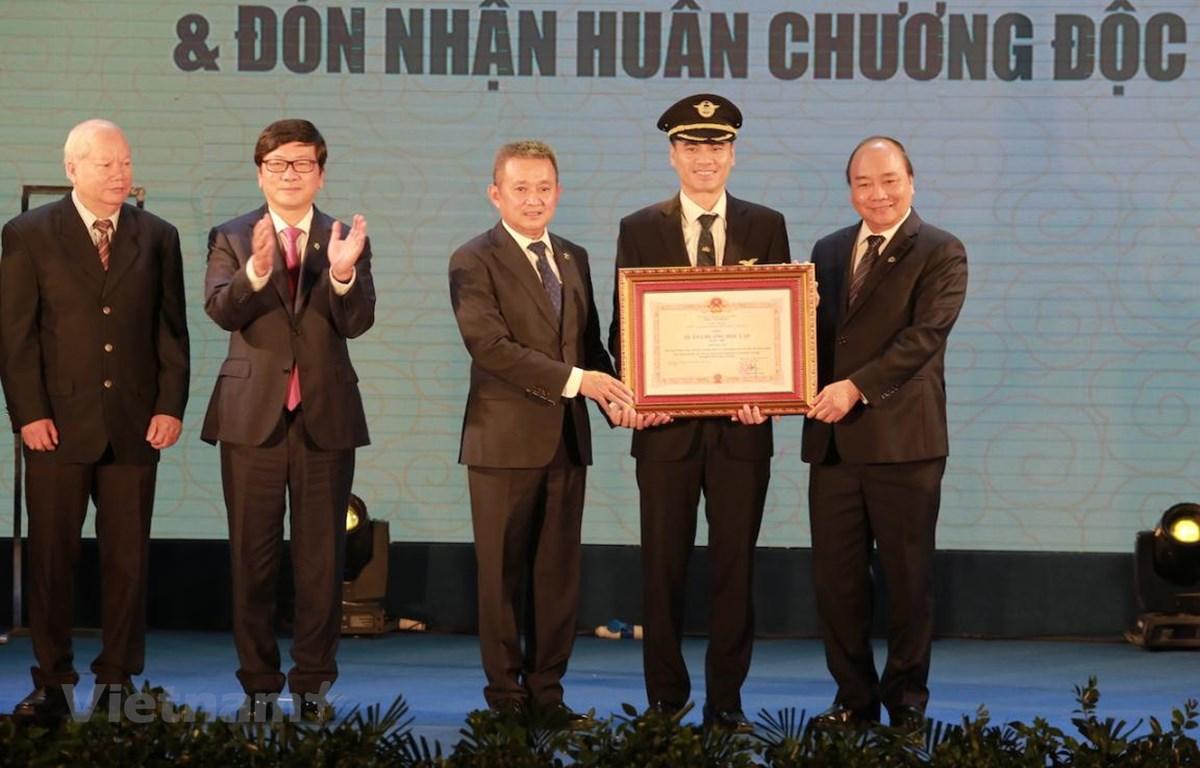 Thủ tướng Nguyễn Xuân Phúc trao Huân chương Lao động hạng Nhì của Chủ tịch nước cho Đoàn bay 919. (Ảnh: Việt Hùng/Vietnam+)