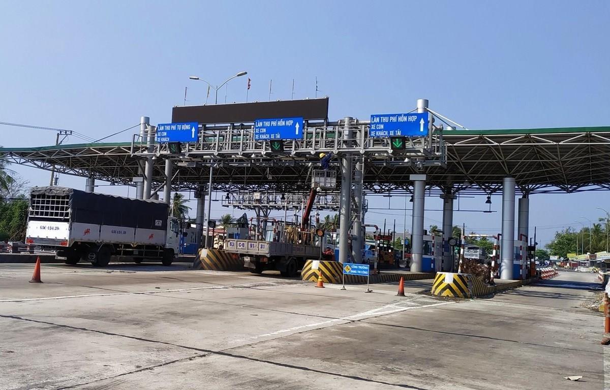 Trạm BOT Cai Lậy đang được tu sửa sau hơn 1 năm ngưng hoạt động. (Ảnh: Nam Thái/TTXVN)