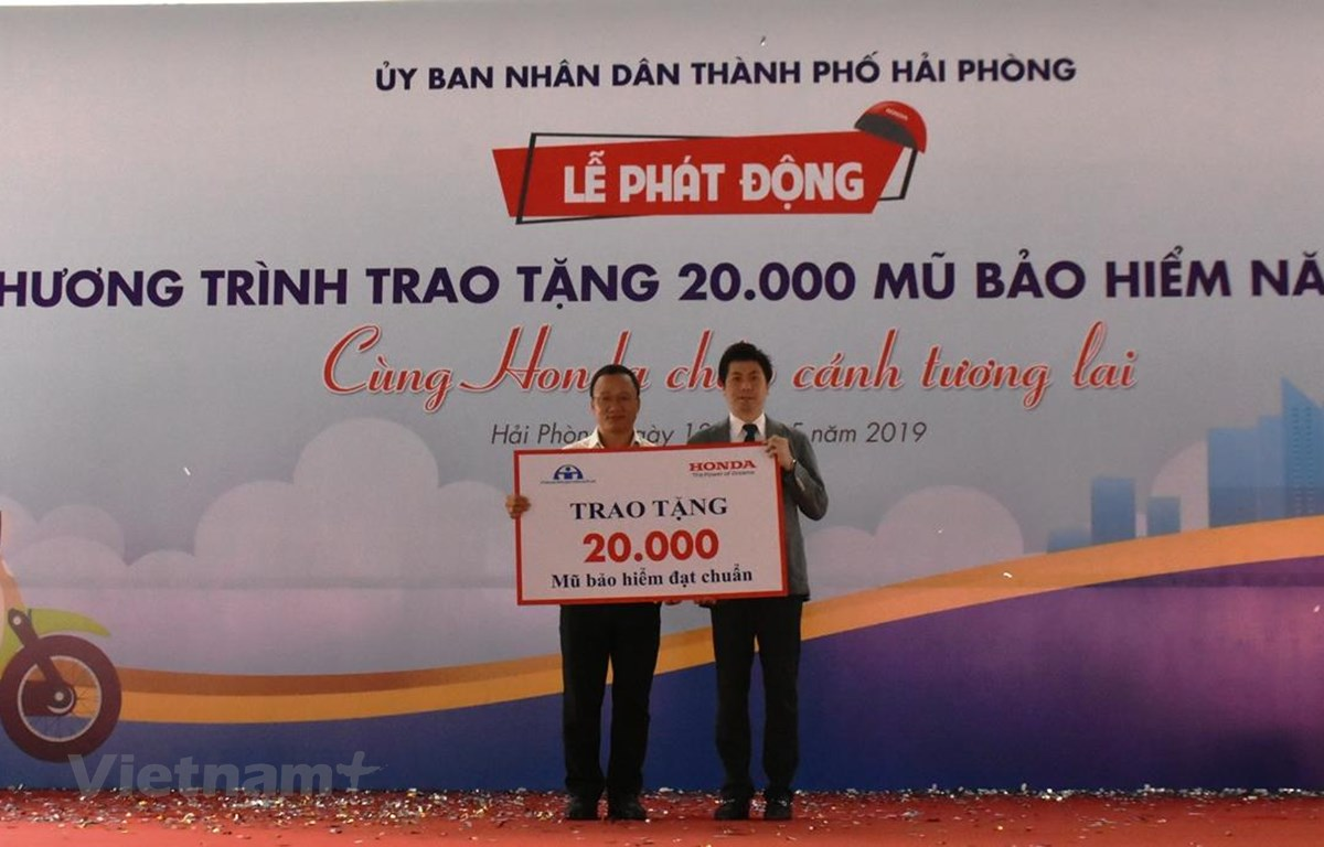 Honda Việt Nam trao tặng 20.000 mũ bảo hiểm năm 2019 cho Ủy ban An toàn giao thông Quốc gia. (Ảnh: Việt Hùng/Vietnam+)