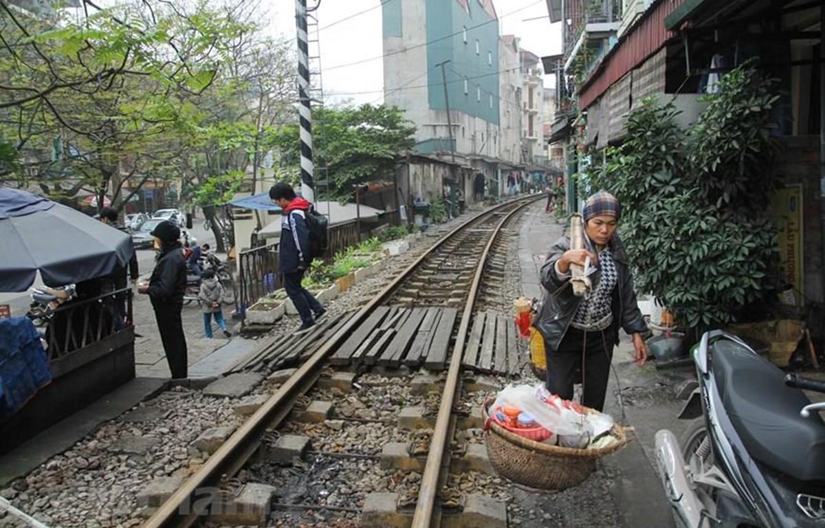 Trên dọc tuyến đường sắt hiện vẫn còn 4.164 lối đi tự mở. (Ảnh: Minh Sơn/Vietnam+)