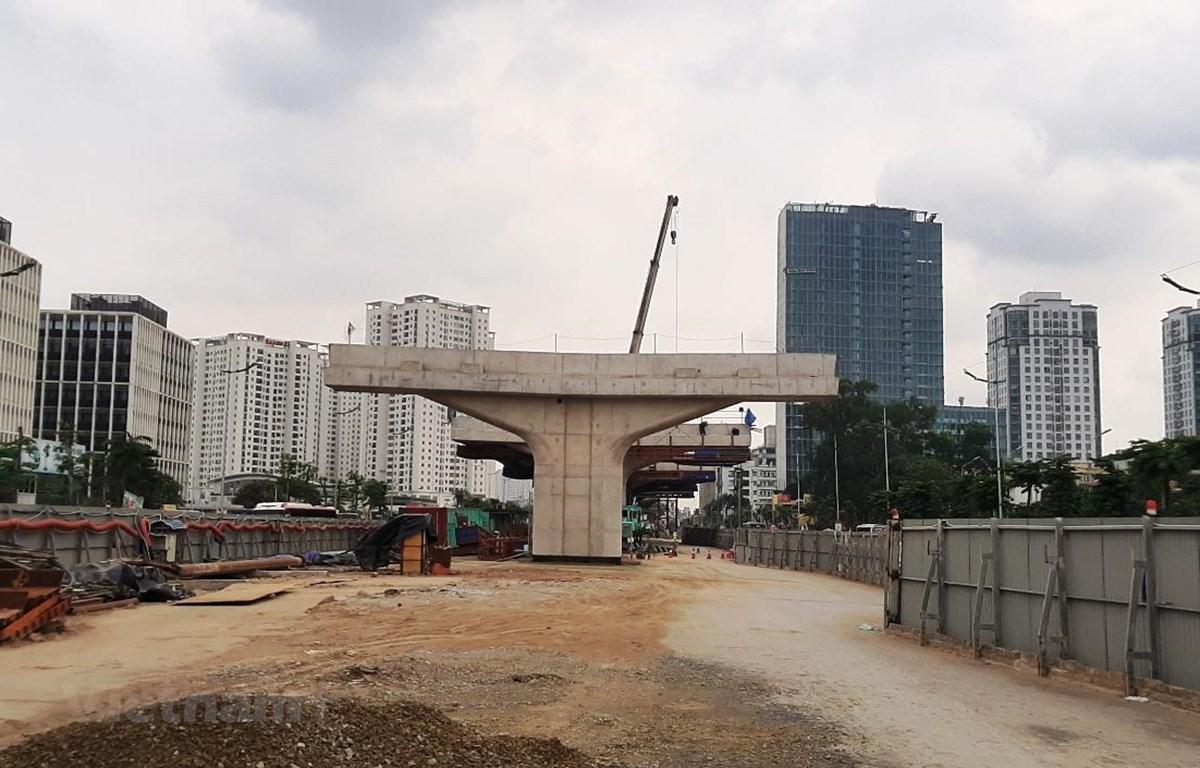 Phần thân trụ của dự án xây dựng cầu cạn đoạn Mai Dịch-Nam Thăng Long đang dần dần lộ rõ hình hài. (Ảnh: Việt Hùng/Vietnam+)