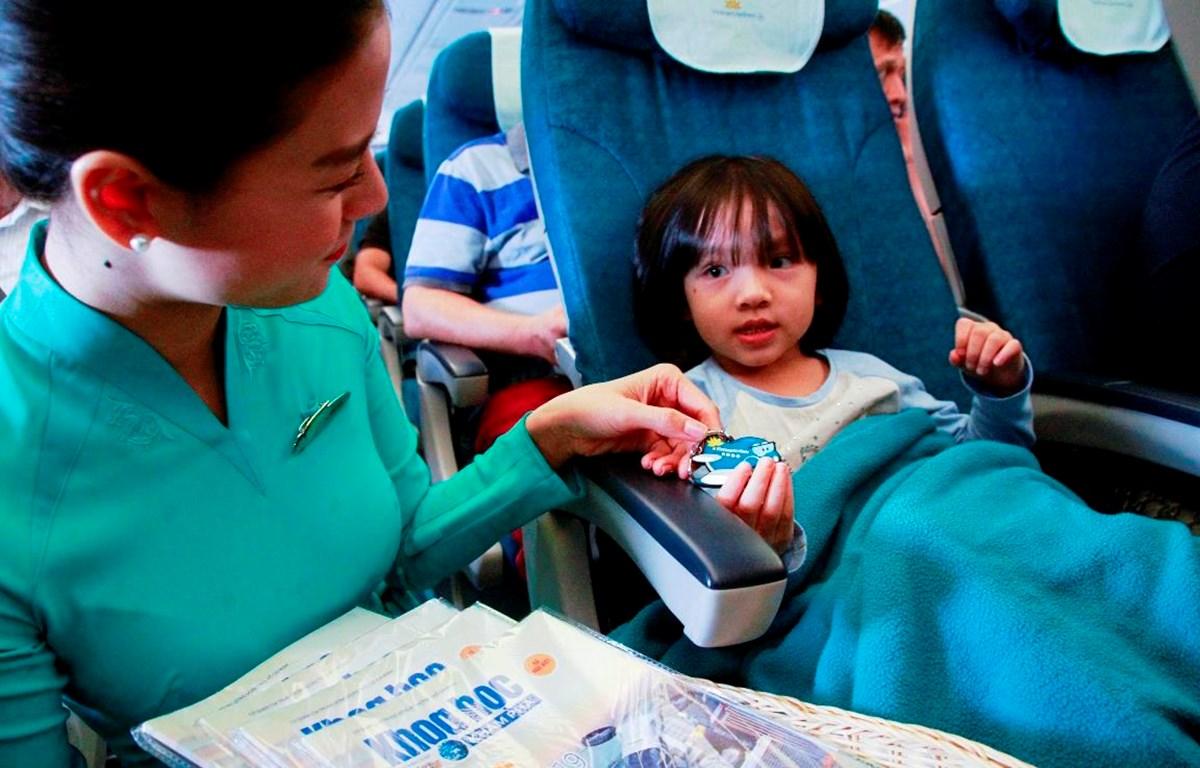 """Những món quà được trao gửi thay cho lời chúc và cảm ơn của Vietnam Airlines dành cho các hành khách """"nhí"""" đã đồng hành cùng Hãng trong thời gian qua. (Ảnh: Trang Trịnh)"""