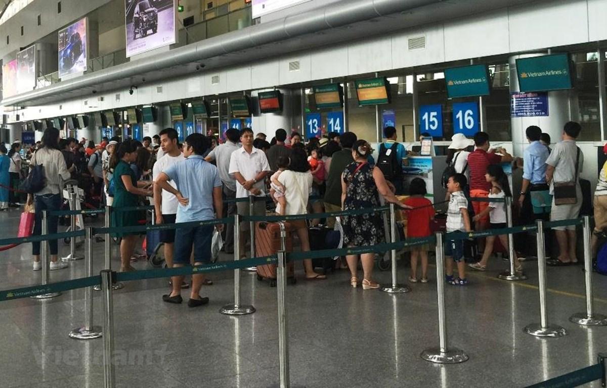 Hãng hàng không khuyến cáo hành khách cảnh giác với tệ nạn trộm cắp hành lý xách tay trên máy bay. (Ảnh: Việt Hùng/Vietnam+)
