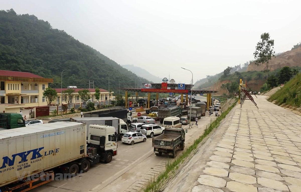 Phương tiện dừng đỗ ngay làn thu phí khiến tuyến đường BOT Hòa Lạc-Hòa Bình bị ách tắc. (Ảnh: Việt Hùng/Vietnam+)