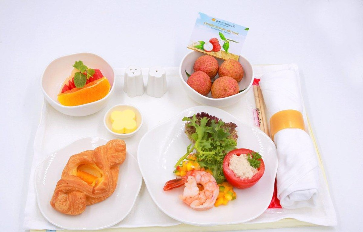 Vải thiểu Lục Ngạn của tỉnh Bắc Giang trên khay suất ăn của Vietnam Airlines. (Ảnh: Anh Tuấn)