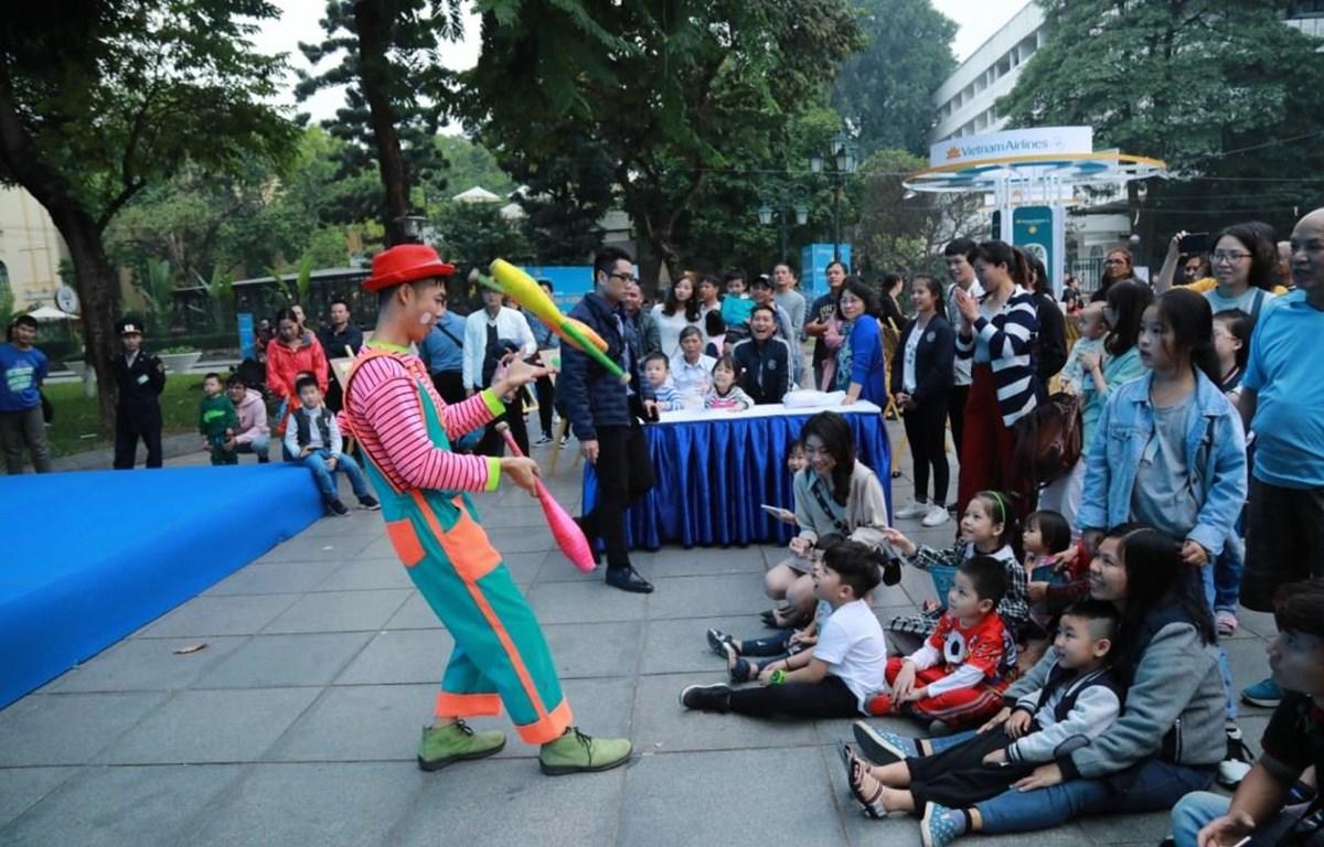 """Người dân Thủ đô hòa mình cùng không khí lễ hội của """"Vietnam Airlines Festa """". (Ảnh: Đức Anh)"""