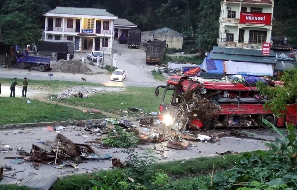 Hiện trường vụ tai nạn đặc biệt nghiêm trọng giữa xe khách và xe tải biển số Lào tại Hòa Bình vào ngày 17/6 vừa qua. (Ảnh: Thanh Hải/TTXVN)
