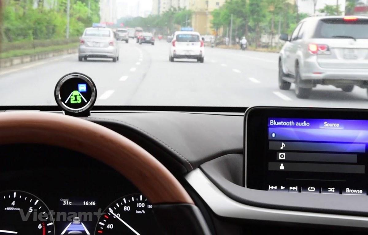 Thiết bị Mobileye-Intel được lắp đặt trên xe giúp hỗ trợ lái xe an toàn. (Ảnh: Văn Minh/Vietnam+)