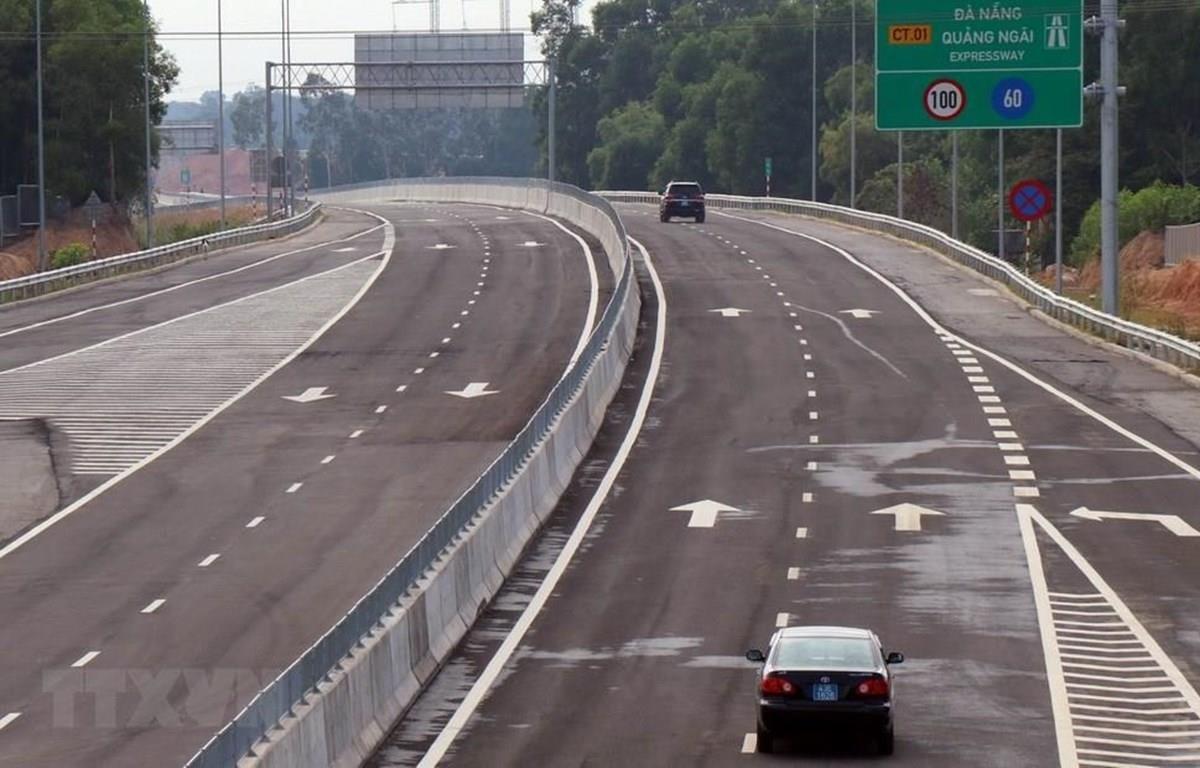 Các phương tiện lưu thông trên đường cao tốc Đà Nẵng-Quảng Ngãi. (Ảnh: Trần Tĩnh/TTXVN)