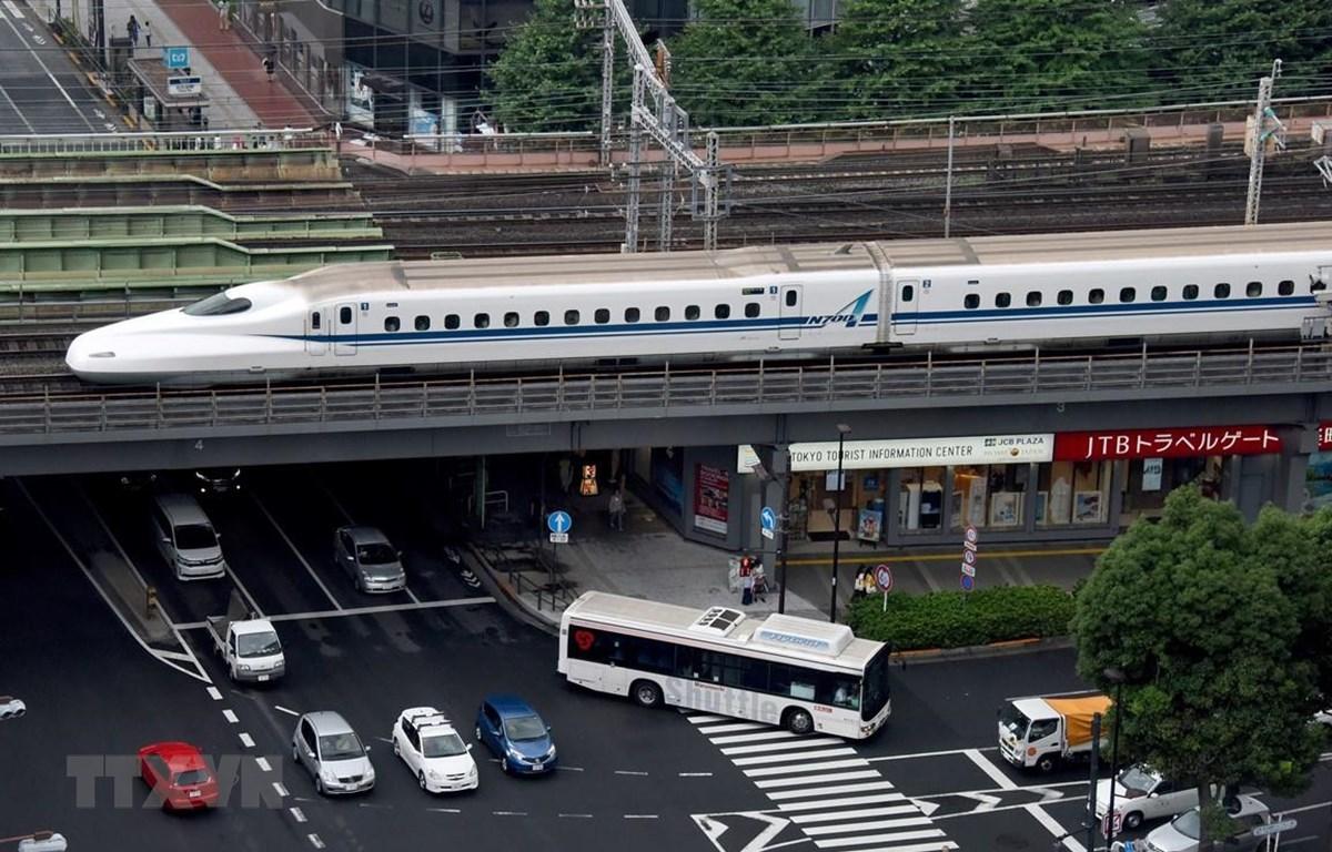 Tàu cao tốc Shinkansen di chuyển tại thủ đô Tokyo, Nhật Bản. (Ảnh: AFP/TTXVN)