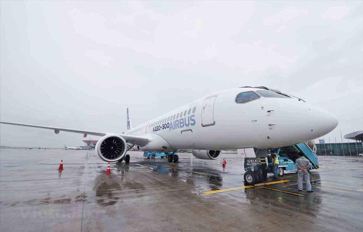 Máy bay Airbus A220-300 hạ cánh tại sân bay Nội Bài. (Ảnh: Việt Hùng/Vietnam+)