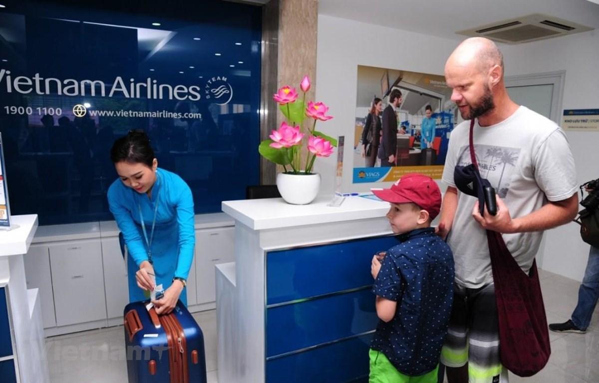 Hành khách nên đóng gói hành lý thông minh hơn khi đi máy bay. (Ảnh: CTV/Vietnam+)