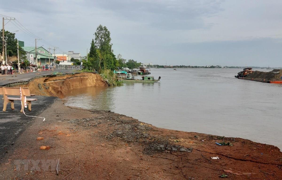 Quốc lộ 91 đoạn đi qua ấp Bình Tân, xã Bình Mỹ, huyện Châu Phú, tỉnh An Giang xuất hiện vết rạn nứt và sạt lở nửa đường xuống Sông Hậu. (Ảnh: Công Mạo/TTXVN)