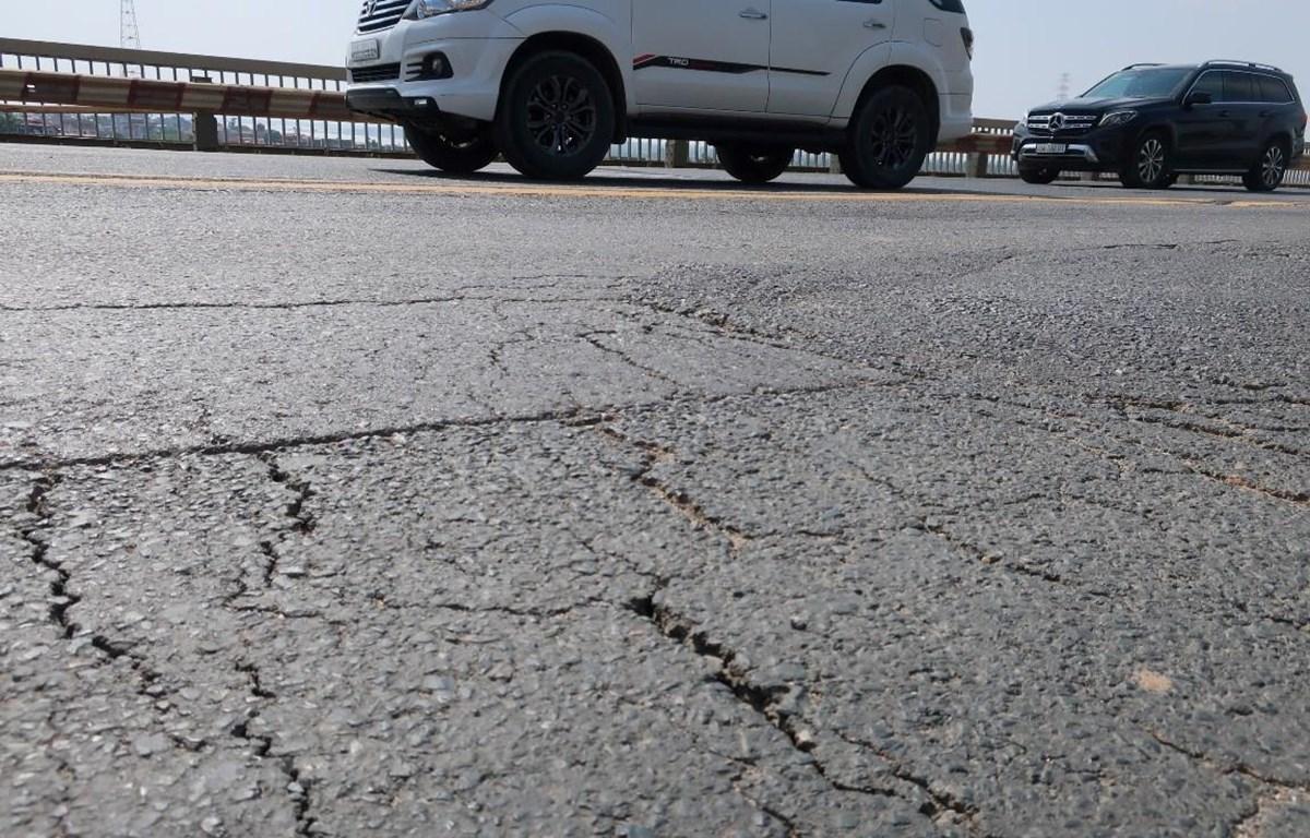 Dù đã trải quan nhiều đợt sửa chữa, những vết rạn nứt vẫn xuất hiện trên mặt cầu Thăng Long. (Ảnh: Việt Hùng/Vietnam+)
