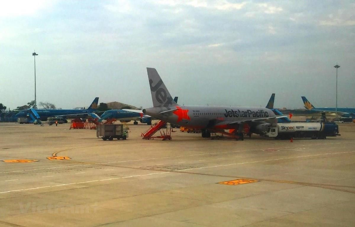 Máy bay của hai hãng hàng không Jetstar Pacific-Vietnam Airlines. (Ảnh: Việt Hùng/Vietnam+)