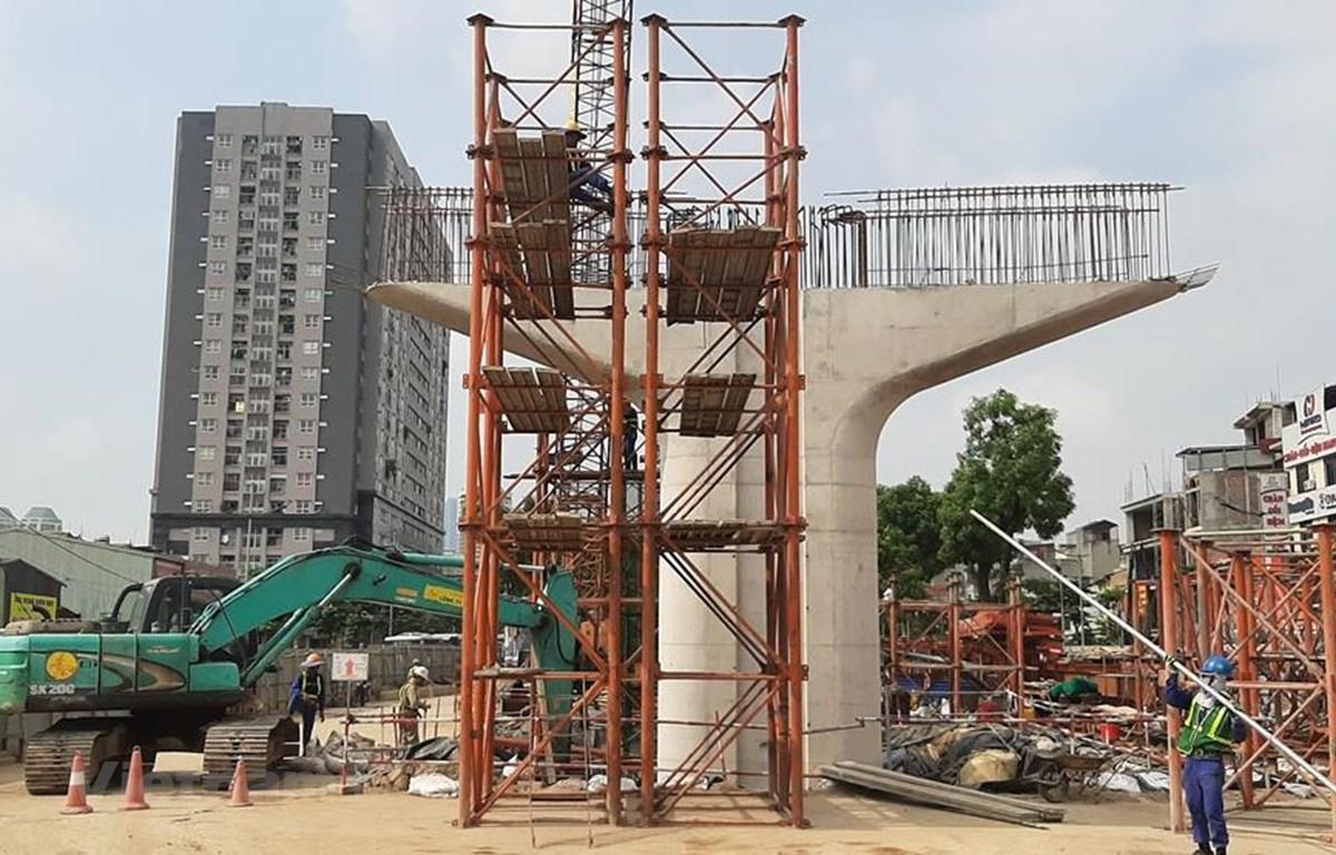 Đơn vị thi công đang tiến hành các làm giàn giáo để chuẩn bị lao lắp dầm dự án cầu cạn đoạn Mai Dịch-Nam Thăng Long. (Ảnh: Việt Hùng/Vietnam+)
