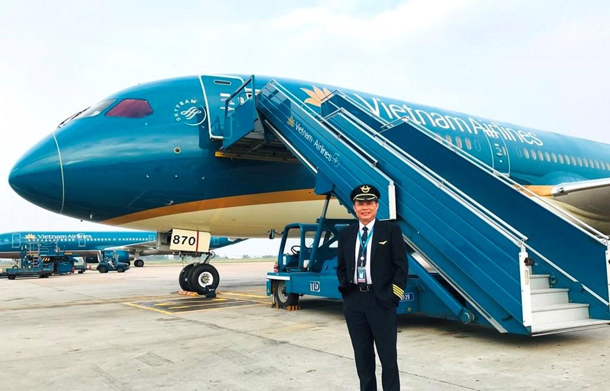 Cơ trưởng Đặng Ngọc Cơ vinh dự và tự hào lái chiếc máy bay Boeing 787-10 đầu tiên của Vietnam Airlines. (Ảnh: ĐB).