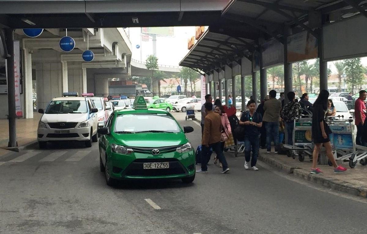 Xe taxi nhượng quyền được phép hoạt động tại sân bay Nội Bài. (Ảnh: Việt Hùng/Vietnam+)