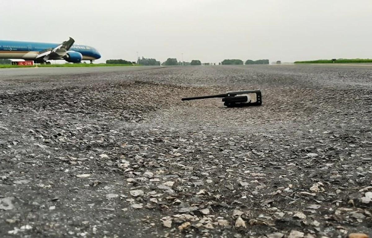 Đường lăn sân bay Nội Bài xuất hiện hư hỏng như nứt vỡ, phùi bùn, thậm chí có hiện tượng bị lún nhưng vẫn chưa thể sửa chữa tổng thể vì vướng cơ chế. (Ảnh: Việt Hùng/Vietnam+)