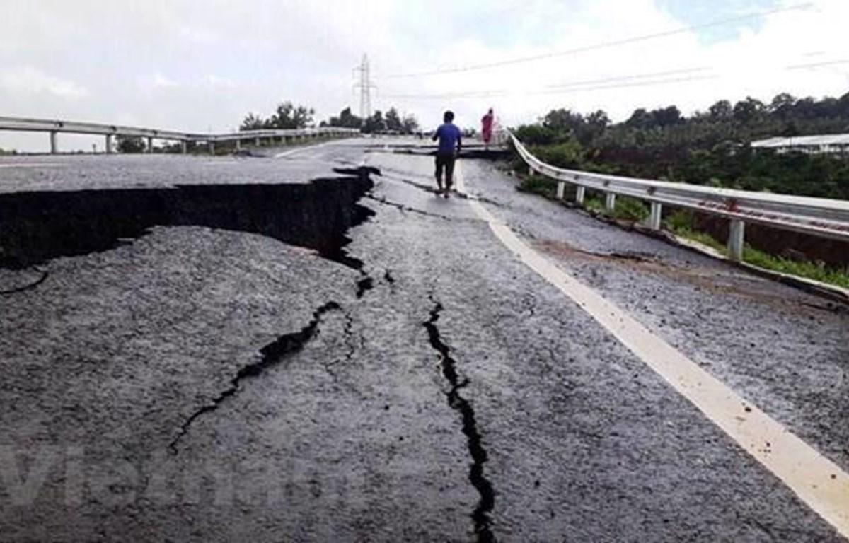 Dự án đường Hồ Chí Minh đoạn tránh Chư Sê, tỉnh Gia Lai đã bị hư hỏng, sụt lún, nứt toác nghiêm trọng. (Ảnh: CTV/Vietnam)