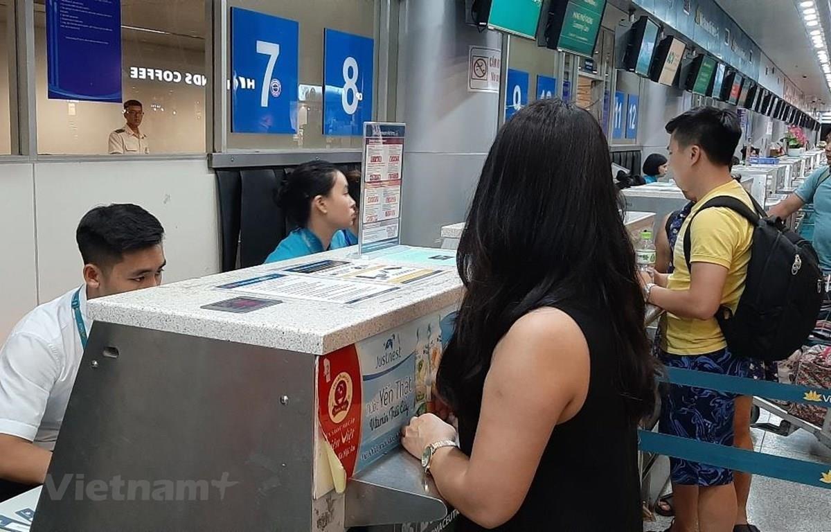 Hành khách mua vé máy bay của Vietnam Airlines. (Ảnh: Việt Hùng/Vietnam+)