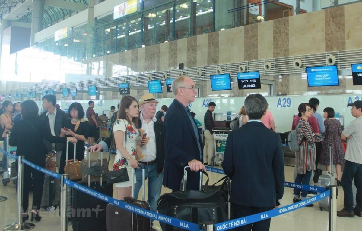 Hành khách làm thủ tục tại sân bay. (Ảnh: Việt Hùng/Vietnam+)