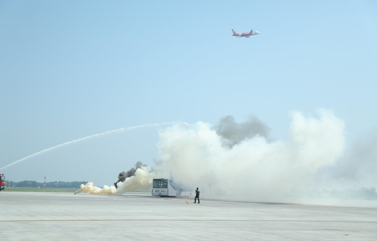 Lực lượng phòng cháy chữa cháy và cứu hộ cứu nạn diễn tập với tình huống tàu bay hạ cánh khẩn cấp khi gặp sự cố. (Ảnh: CTV/Vietnam)