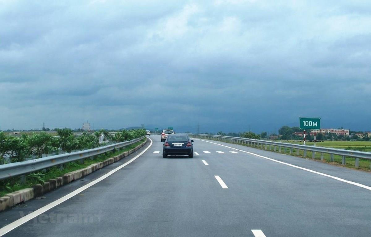 Phương tiện lưu thông trên đoạn tuyến cao tốc. (Ảnh: Việt Hùng/Vietnam)