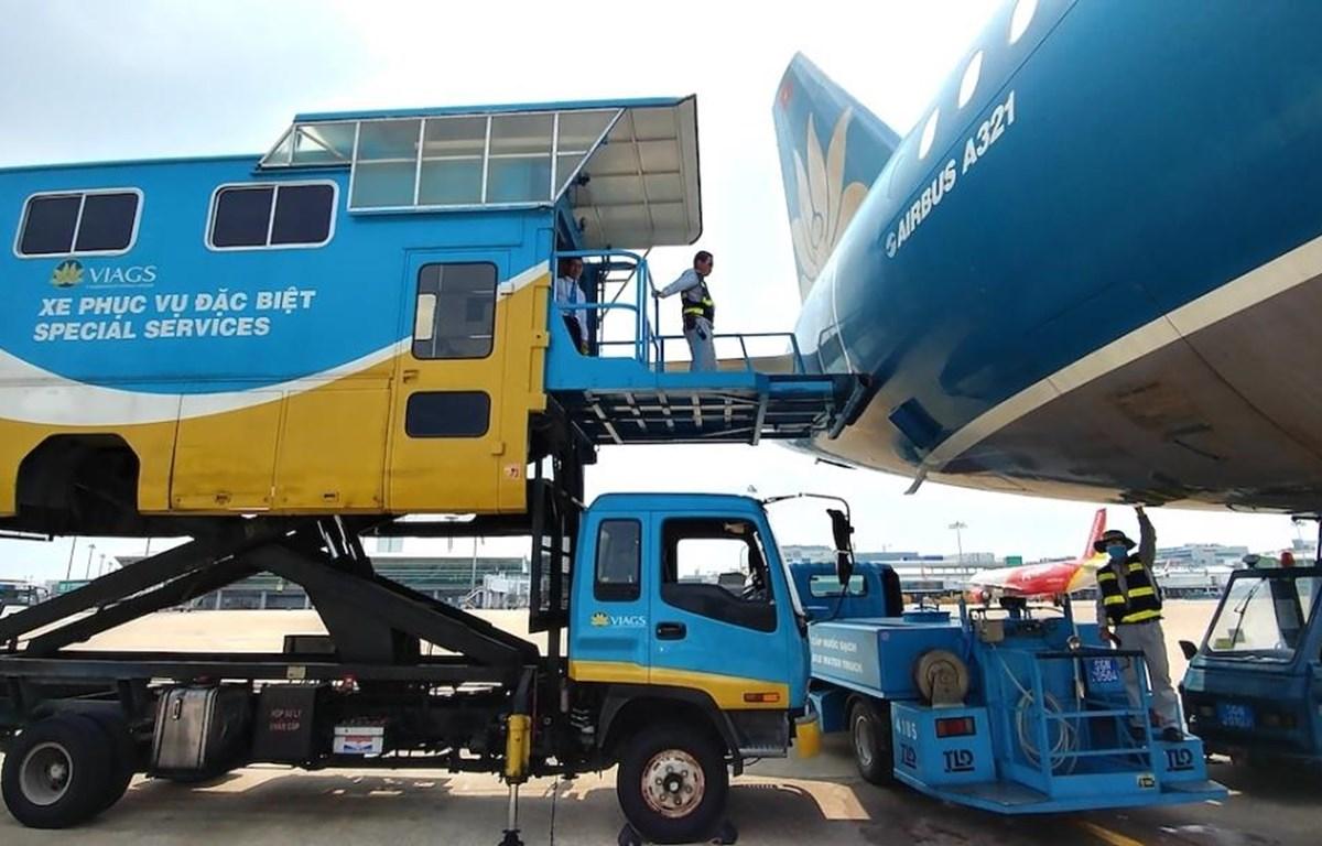 Xe thang nâng dành cho những hành khách bị khuyết tật hoặc vận chuyển hàng hóa đặc biệt. (Ảnh: CTV/Vietnam+)