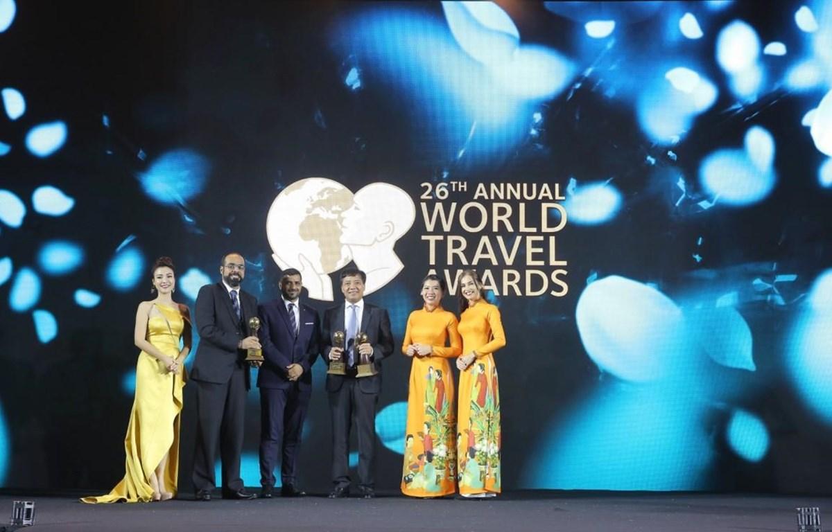 Đại diện Vietnam Airlines đón nhận giải thưởng uy tín tại World Travel Awards Asia 2019. (Ảnh: CTV/Vietnam+)
