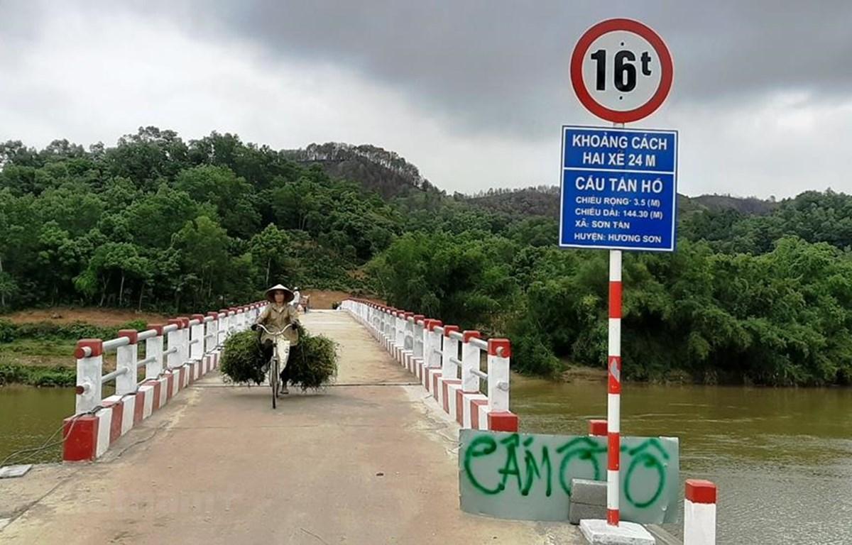 Những câu cầu treo dân sinh giúp người dân đi lại qua sông thuận lợi, không phải lo lắng mỗi khi mùa lũ về. (Ảnh: Việt Hùng/Vietnam+)