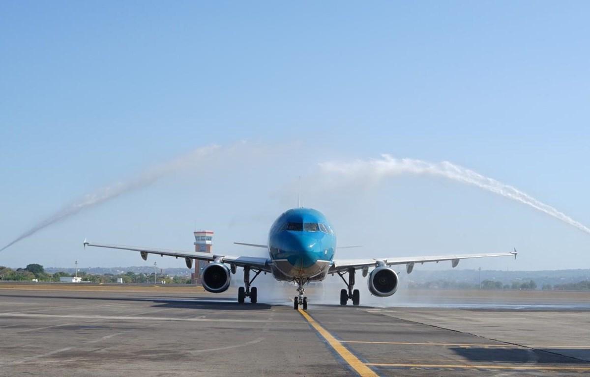 Chuyến bay đầu tiên từ Thành phố Hồ Chí Minh hạ cánh xuống Bali được chào mừng với nghi thức phun vòi rồng tại sân bay. (Ảnh: CTV/Vietnam+)