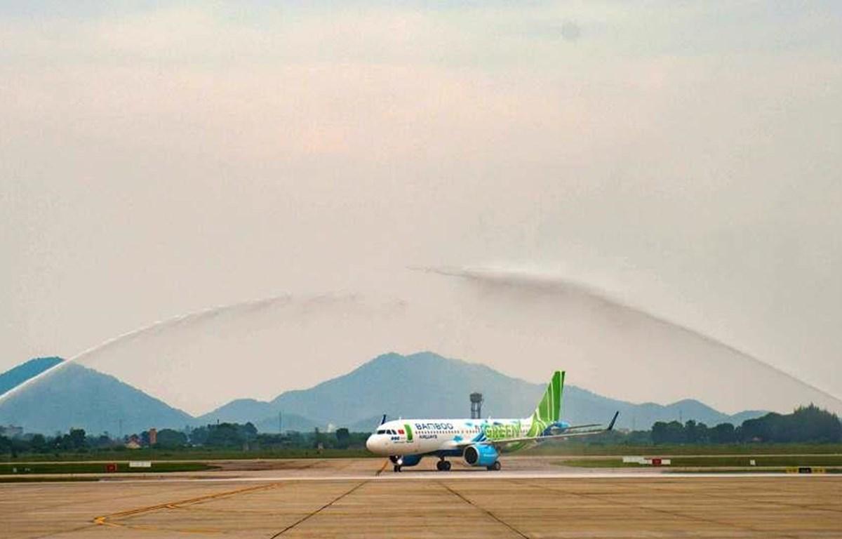 Nghi thức vòi rồng đón máy bay Airbus A320neo của Bamboo Airways. (Ảnh: CTV/Vietnam+)
