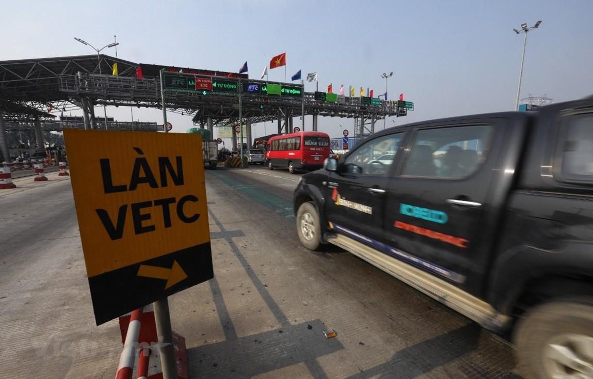 Nhà đầu tư BOT Hà Nội-Bắc Giang đã triển khai biển báo chỉ dẫn, sơn kẻ vạch hướng dẫn xe dán thẻ đi đúng làn thu phí tự động. (Ảnh: Huy Hùng/Vietnam)