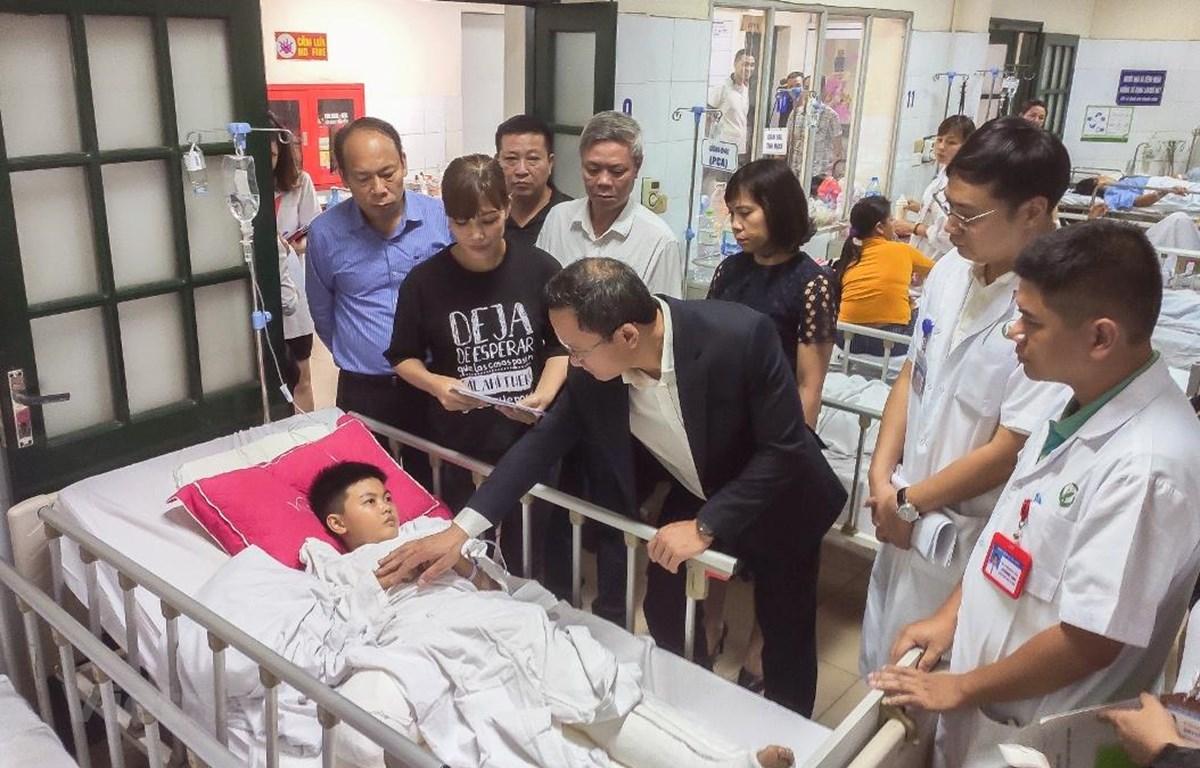 Ông Khuất Việt Hùng, Phó Chủ tịch Ủy ban An toàn giao thông Quốc gia thăm hỏi, động viên các gia đình có nạn nhân bị tai nạn giao thông tại Bệnh viện Hữu Nghị Việt Đức. (Ảnh: Việt Hùng/Vietnam+)