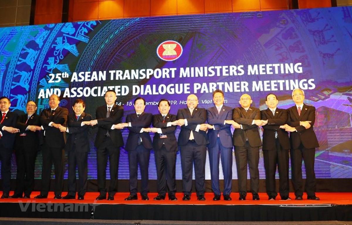 Phó Thủ tướng Trịnh Đình Dũng cùng các Bộ trưởng Giao thông Vận tải các nước ASEAN thể hiện sự đoàn kết tại hội nghị. (Ảnh: Huy Hùng/Vietnam+)